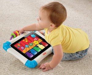 Un bambino interagisce con iPad