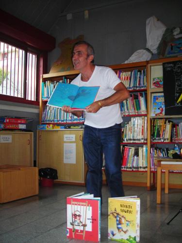 Pino-Grossi-leggere-a-un-gruppo-di-bambini