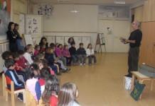 Pino-Grossi-4-leggere-a-un-gruppo-di-bambini