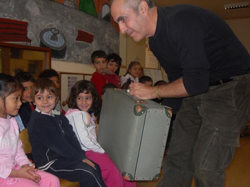 Pino-Grossi-5-leggere-a-un-gruppo-di-bambini