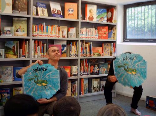 Pino-Grossi-7-leggere-a-un-gruppo-di-bambini