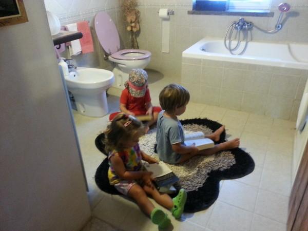 foto bambini che leggono al bagno