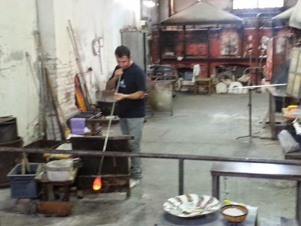 un maestro vetraio a Murano