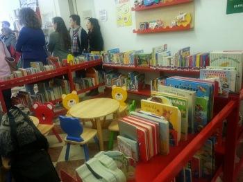 gli scaffali per bambini della biblioteca pedagogica Bettini