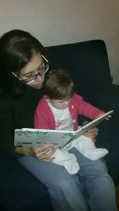 Mamma Monica legge alla piccola Ambra, 5 mesi.