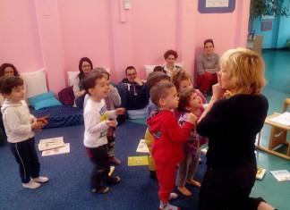 Leggere a un gruppo di bambini Carla Colussi