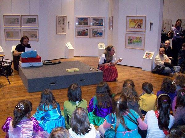 Anna Sicilia mentre legge ai bambiini