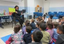 Elia Zardo legge a un gruppo di bambini