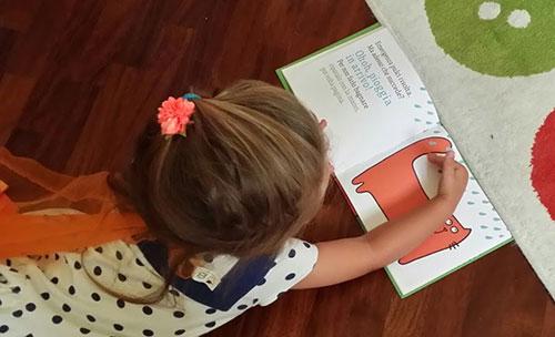 ilaria gioca con il libro gatto