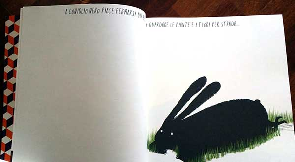 il coniglio nero disteso sul prato