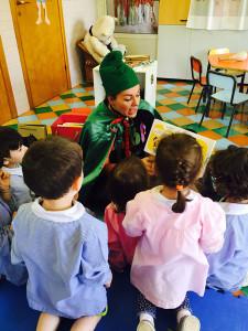 Alessandra legge ai bambini