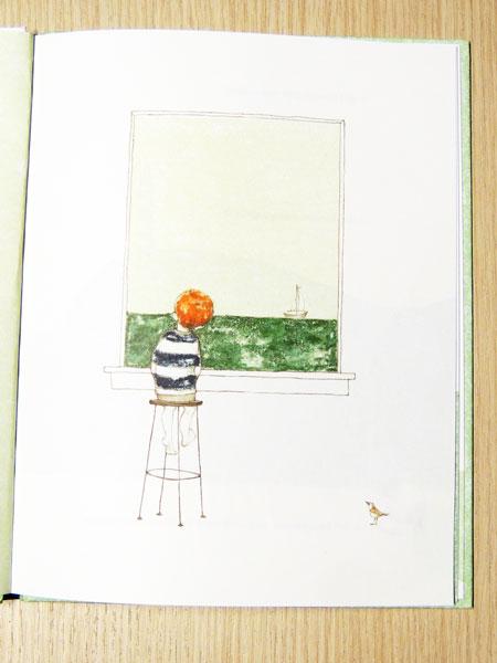 il bambino osserva fuori dalla finestra