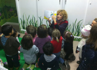 Alessia Canducci legge un gruppo di bambini