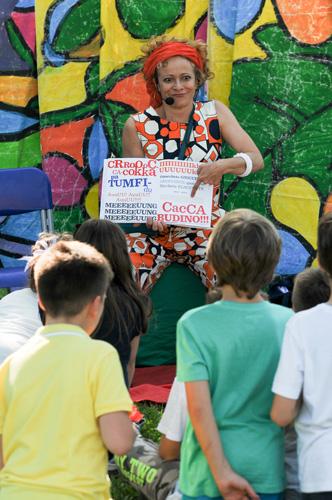 Alessia Canducci legge a un piccolo gruppo di bambini