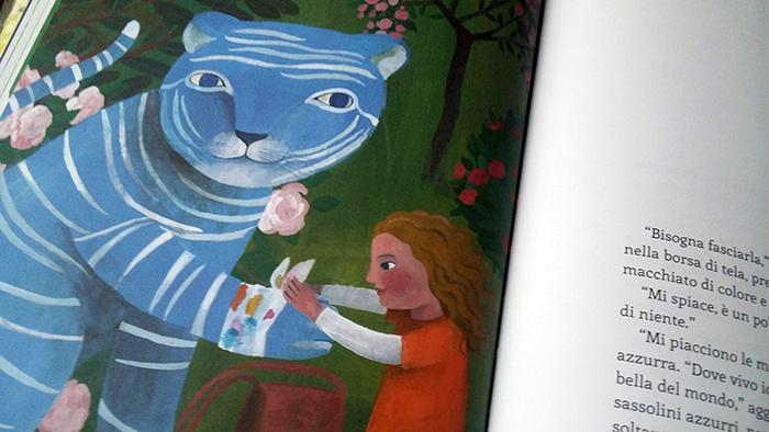 la bambina mette una fascia intorno alla zampa della tigre
