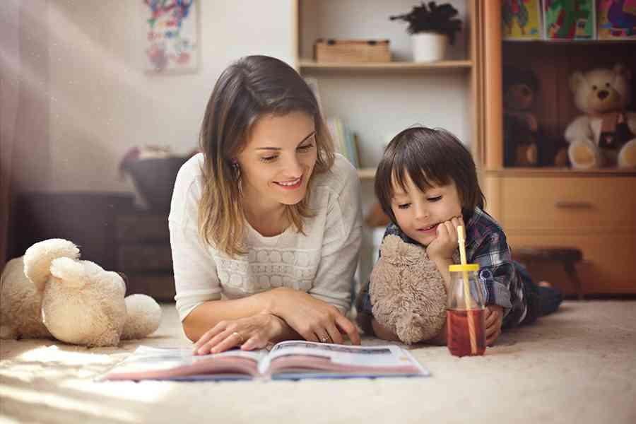 Mamma e figlio leggono un libro