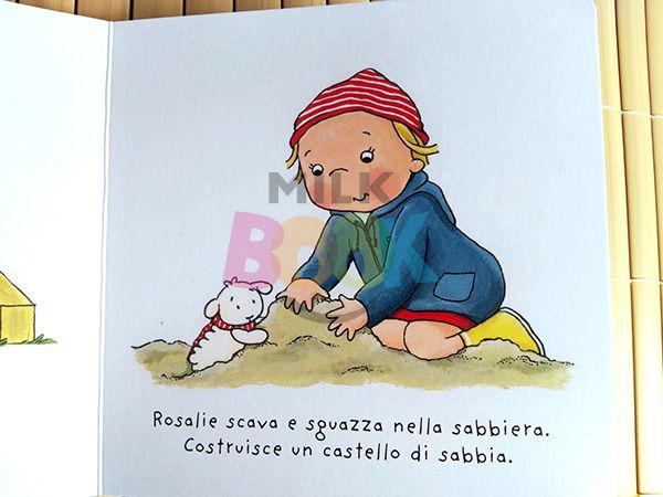Rosalie gioca sulla sabbiera