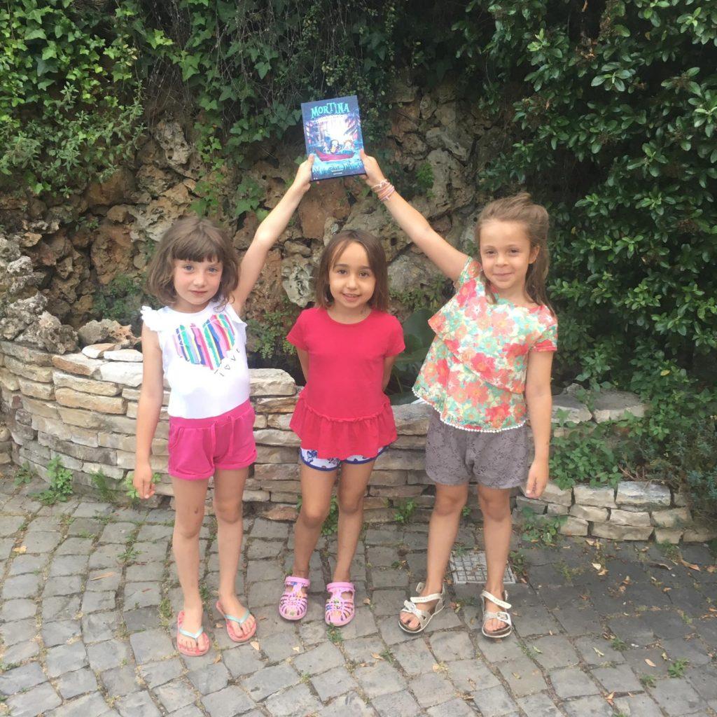 Loredana, Alice e Ilaria con il libro di Mortina