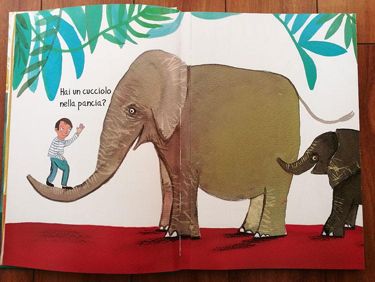 Il bambino chiede all'elefante