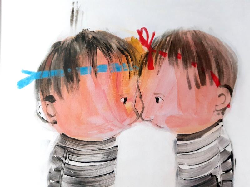 i bambini si toccano con la fronte