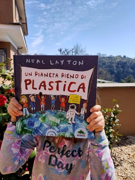 Il libro ecologista Un mondo pieno di plastica