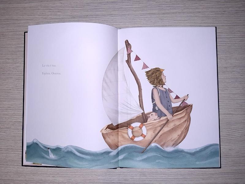 la bambina sulla barca a forma di noce